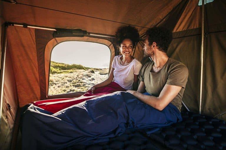 FRau und Man im Zelt