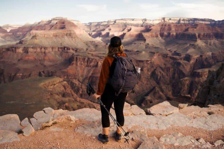 Fra mit Rucksack steht vor Grand Canyon