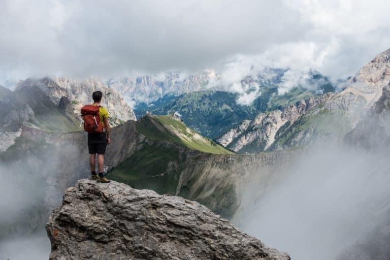 Wanderer steht auf einem Berg